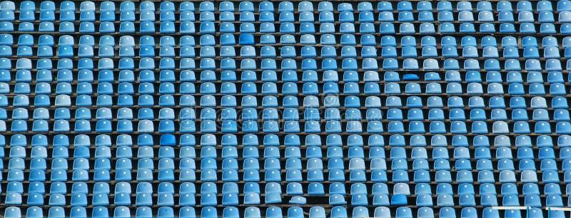 Κενές σειρές των μπλε καθισμάτων σταδίων στοκ εικόνες με δικαίωμα ελεύθερης χρήσης