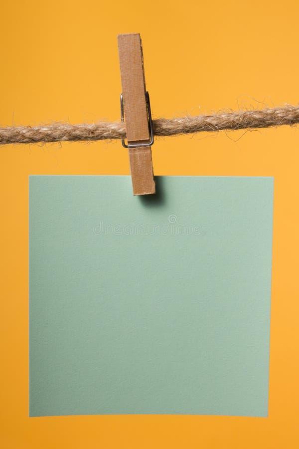 Κενές σημειώσεις εγγράφου που κρεμούν στο σχοινί με τις καρφίτσες ενδυμάτων, διάστημα αντιγράφων στοκ φωτογραφία με δικαίωμα ελεύθερης χρήσης