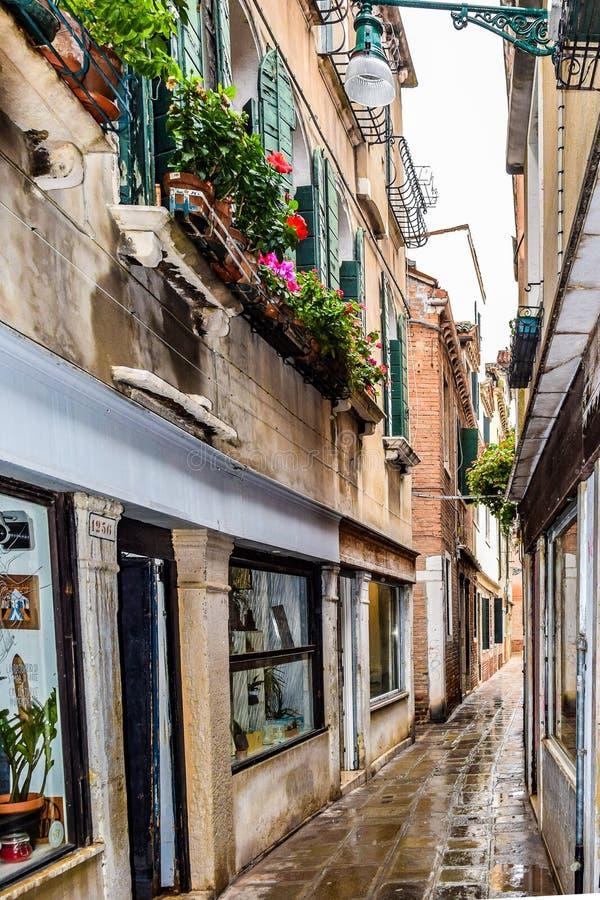 Κενές στενές τούβλο στενωπών/οδός κυβόλινθων στη Βενετία, Ιταλία στοκ εικόνα με δικαίωμα ελεύθερης χρήσης