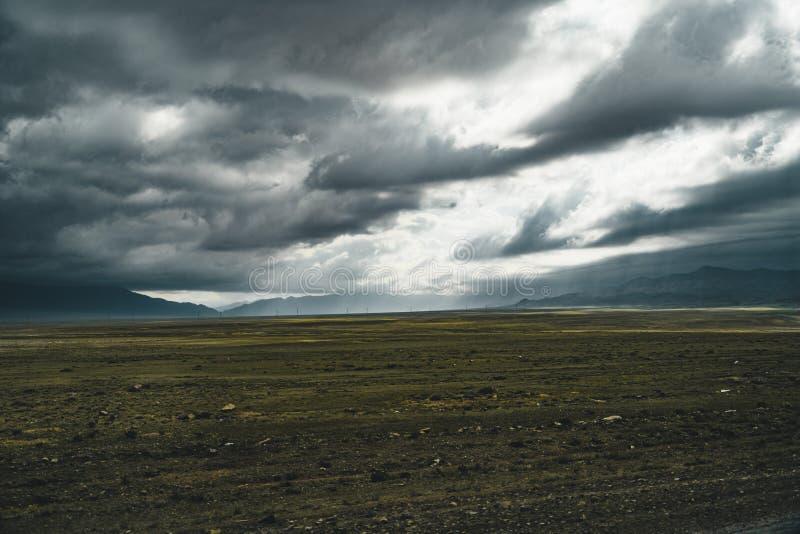 Κενή άποψη στεπών του Καζακστάν με το πράσινα τοπίο και τα βουνά στο υπόβαθρο στοκ φωτογραφία με δικαίωμα ελεύθερης χρήσης