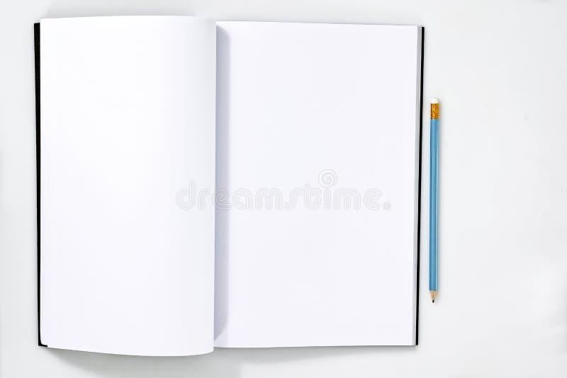 Κενή άσπρη ανοικτή σελίδα σημειωματάριων ή περιοδικών στον άσπρο ξύλινο πίνακα με το μολύβι στο σημειωματάριο για τα σχέδια προτύ στοκ φωτογραφίες με δικαίωμα ελεύθερης χρήσης