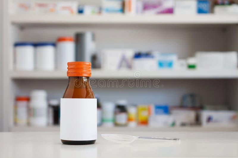 Κενή άσπρη ετικέτα του μπουκαλιού ιατρικής στοκ φωτογραφίες με δικαίωμα ελεύθερης χρήσης