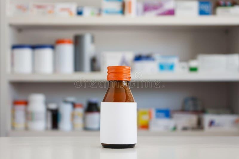 Κενή άσπρη ετικέτα του μπουκαλιού ιατρικής στοκ εικόνα