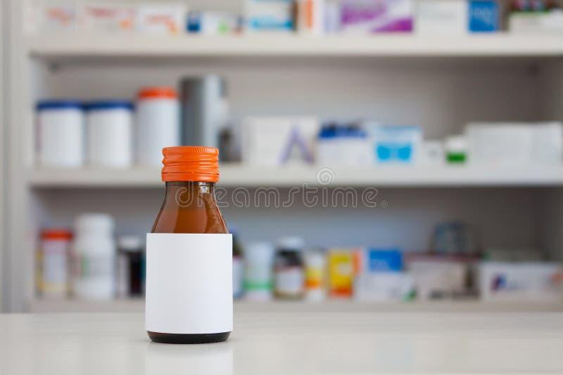 Κενή άσπρη ετικέτα του μπουκαλιού ιατρικής στοκ εικόνες