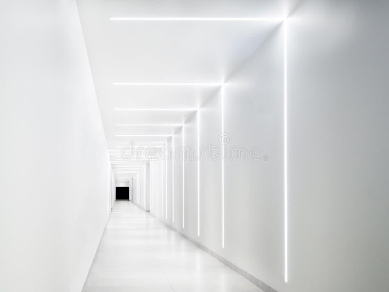 Κενή άσπρη σήραγγα με μια σκοτεινή έξοδο στο τέλος στοκ εικόνες