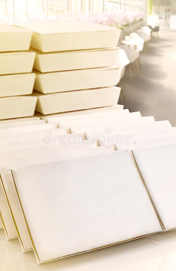 Κενή άσπρη συσκευασία κιβωτίων εγγράφου που συσσωρεύεται στον άσπρο πίνακα με στοκ φωτογραφίες