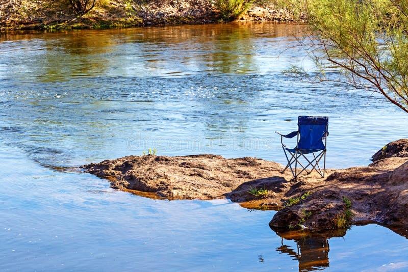 Κενή έδρα στην αλατισμένη όχθη ποταμού στοκ φωτογραφίες