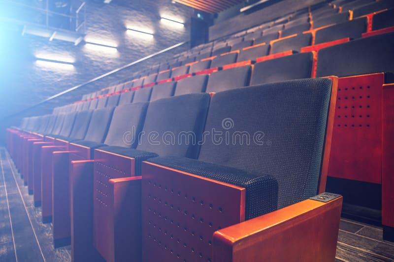 Κενή αίθουσα αιθουσών συνεδριάσεων θεάτρων ή κινηματογράφων με τις σειρές των καθισμάτων ή καρέκλες με τα μπλε επίκεντρα ή την ελ στοκ φωτογραφίες με δικαίωμα ελεύθερης χρήσης