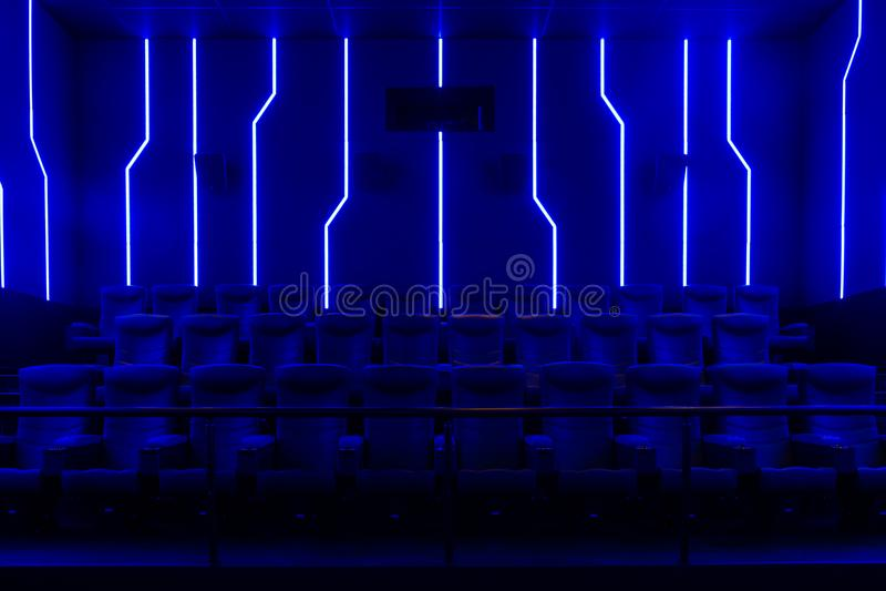 Κενή αίθουσα κινηματογράφων με το μπλε ελαφρύ εσωτερικό στοκ φωτογραφία με δικαίωμα ελεύθερης χρήσης