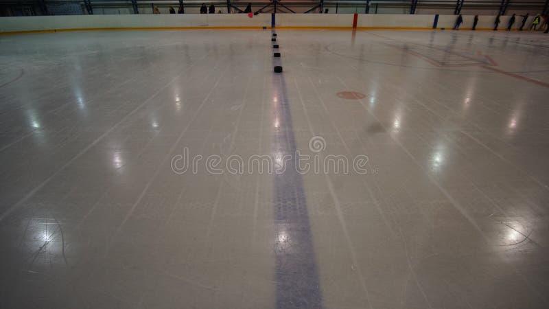 Κενή αίθουσα παγοδρομίας πάγου, χόκεϋ και χώρος πατινάζ στο εσωτερικό στοκ εικόνα