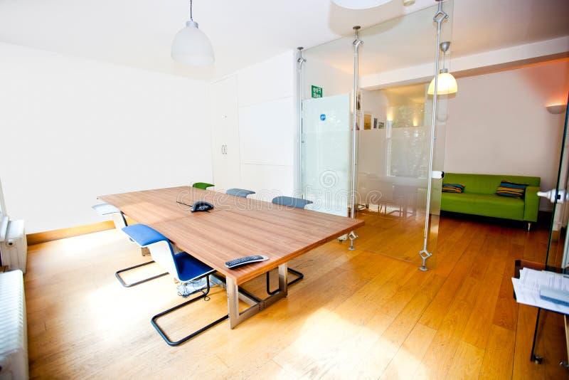 Κενή αίθουσα συνδιαλέξεων με τις καρέκλες στοκ φωτογραφίες με δικαίωμα ελεύθερης χρήσης