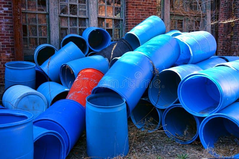 Κενή ανακύκλωση βαρελιών πλαστικών εμπορευματοκιβωτίων απορριμμάτων στοκ φωτογραφίες με δικαίωμα ελεύθερης χρήσης