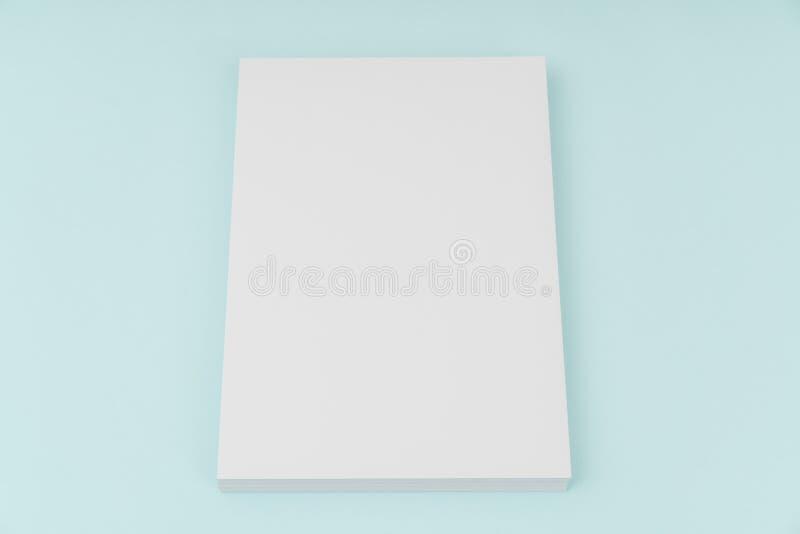 Κενή αφίσα ιπτάμενων, πρότυπο φυλλάδιων, A4, εμάς-επιστολή, στο μπλε backg στοκ φωτογραφίες με δικαίωμα ελεύθερης χρήσης