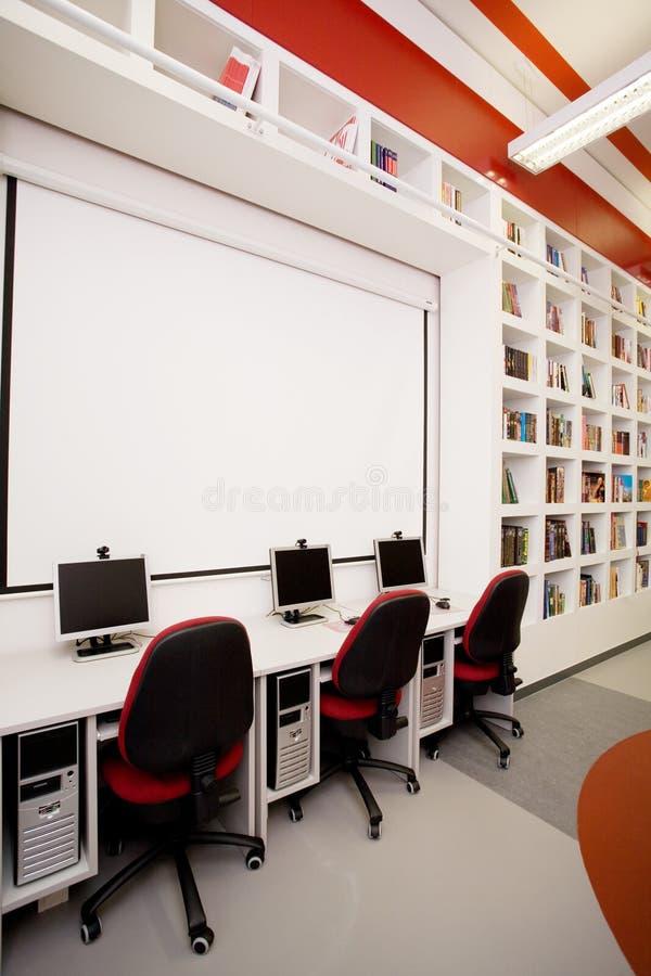κενή βιβλιοθήκη υπολογ στοκ φωτογραφία με δικαίωμα ελεύθερης χρήσης