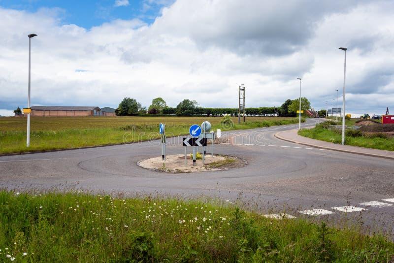 Κενή διασταύρωση κυκλικής κυκλοφορίας στην επαρχία στοκ εικόνες με δικαίωμα ελεύθερης χρήσης