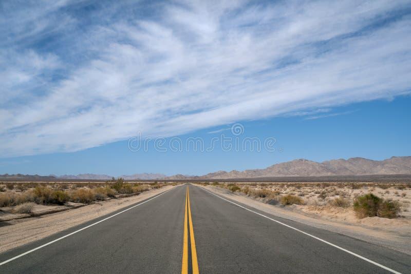 Κενή εθνική οδός ερήμων που τρέχει από Καλιφόρνια στην Αριζόνα στοκ εικόνες