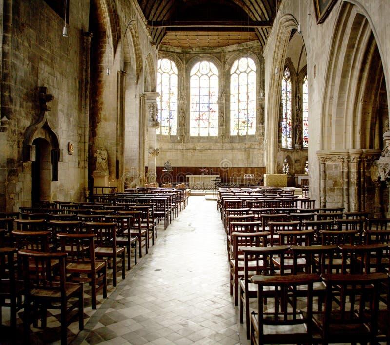 Κενή εκκλησία με τα σκαμνιά στοκ φωτογραφία