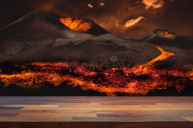 Κενή επιτραπέζια κορυφή για το montage επίδειξης προϊόντων Λάβα που ρέει από την έκρηξη ηφαιστείων που θολώνεται στο υπόβαθρο Ένν στοκ φωτογραφία