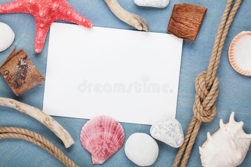 Κενή κάρτα εγγράφου με τα θαλασσινά κοχύλια, σχοινί σκαφών, πέτρες θάλασσας στοκ φωτογραφία με δικαίωμα ελεύθερης χρήσης