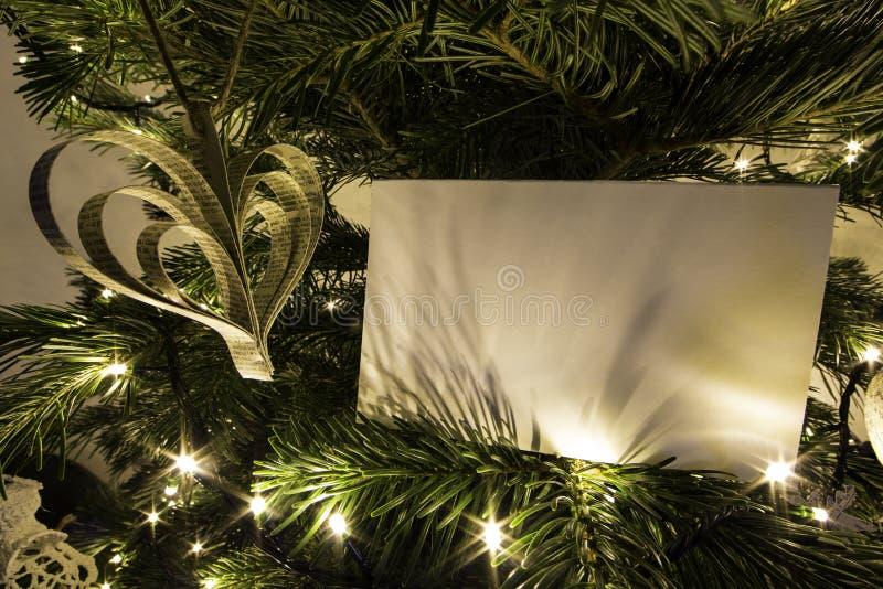 Κενή κάρτα Χριστουγέννων με το παιχνίδι Χριστουγέννων μορφής καρδιών στοκ εικόνα