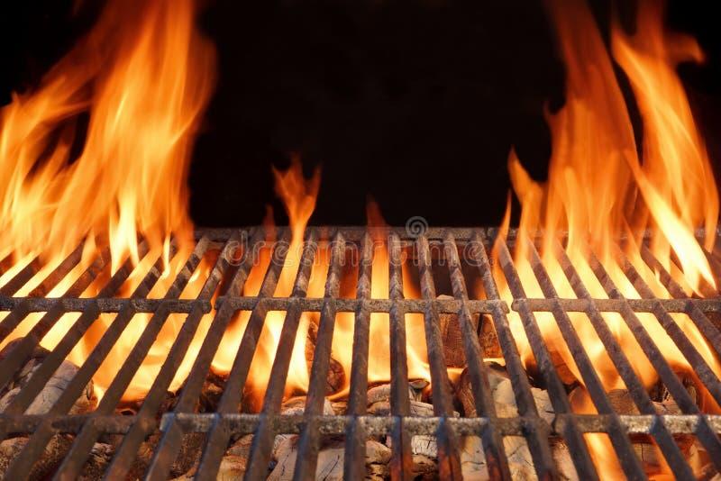 Κενή καυτή σχάρα ξυλάνθρακα σχαρών πυρκαγιάς φλογών με τους καμμένος άνθρακες στοκ φωτογραφίες