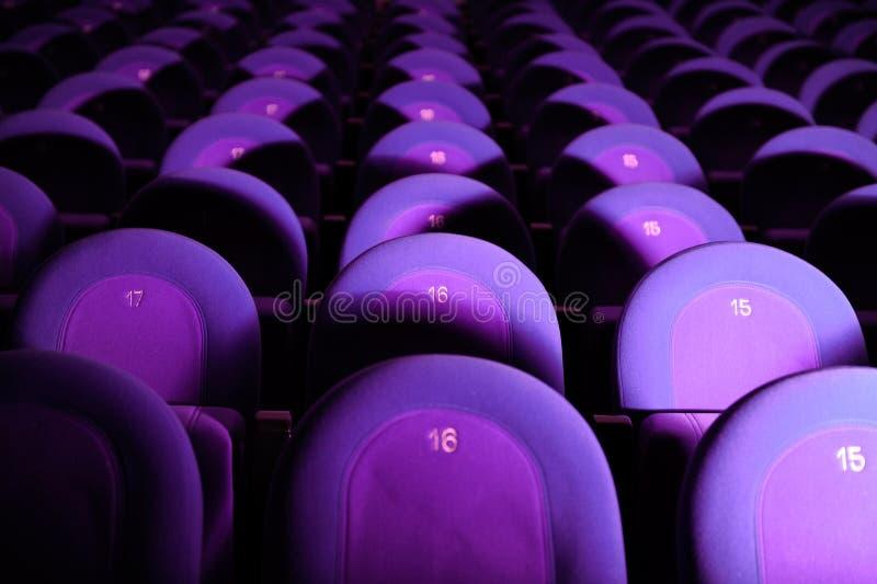 Κενή κινηματογραφική αίθουσα με τα πορφυρά καθίσματα στοκ εικόνες