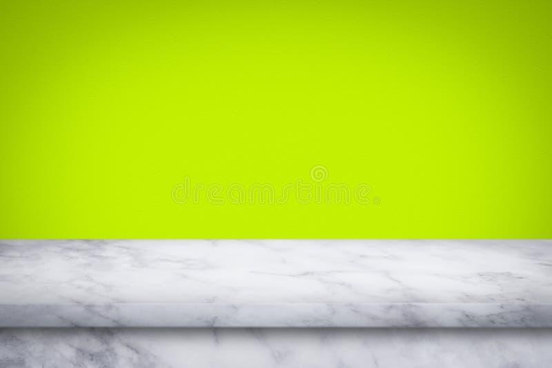 Κενή κορυφή του μαρμάρινου πίνακα στο πράσινο υπόβαθρο τοίχων κλίσης στοκ εικόνες με δικαίωμα ελεύθερης χρήσης