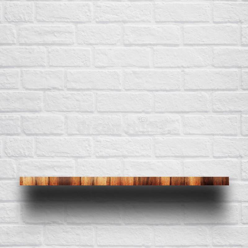 Κενή κορυφή του ξύλινου ραφιού με τον άσπρο τουβλότοιχο στοκ φωτογραφίες