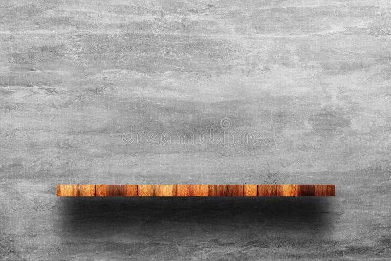 Κενή κορυφή του ξύλινου ραφιού με το γυμνό συμπαγή τοίχο στοκ εικόνα