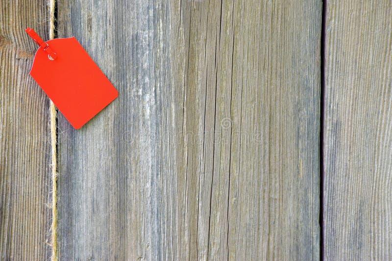 Κενή κόκκινη ετικέττα στο ξύλινο υπόβαθρο στοκ εικόνα με δικαίωμα ελεύθερης χρήσης