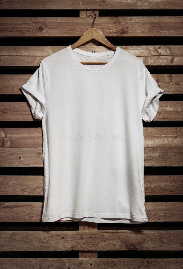 Κενή μπλούζα στο ξύλινο υπόβαθρο στοκ εικόνες