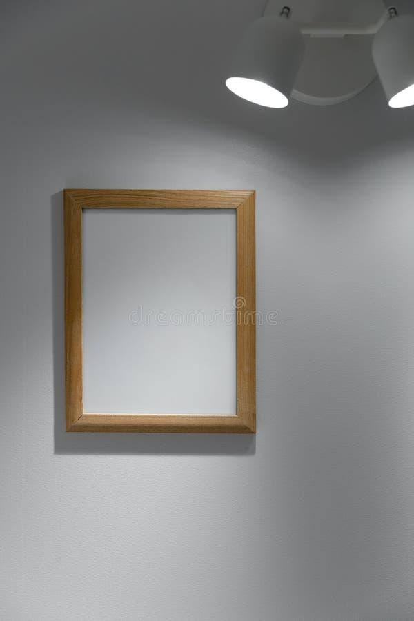 κενή ξύλινη ένωση πλαισίων εικόνων στον τοίχο στοκ εικόνες