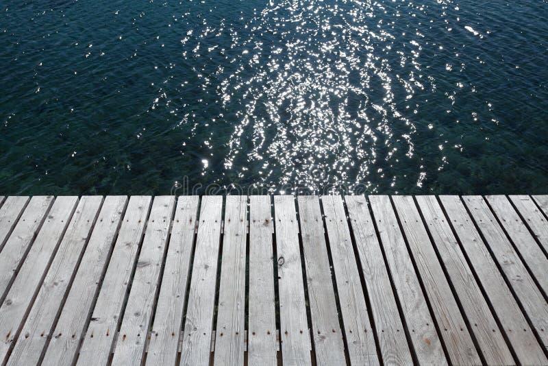 κενή ξύλινη εν πλω άκρη λιμενοβραχιόνων στοκ εικόνες