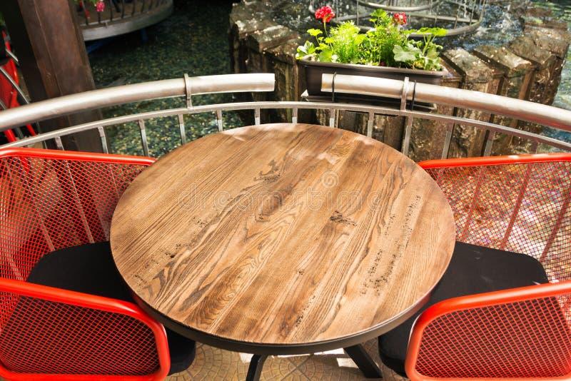 Κενή ξύλινη επιτραπέζια κορυφή και προοπτική που θολώνονται του ελαφριού υποβάθρου bokeh/της εκλεκτικής εστίασης Μπορέστε να χρησ στοκ εικόνα με δικαίωμα ελεύθερης χρήσης