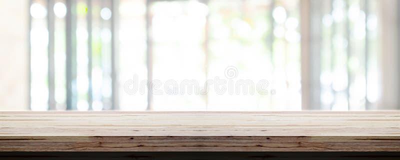 Κενή ξύλινη επιτραπέζια κορυφή με το εσωτερικό υπόβαθρο γραφείων θαμπάδων, πανοραμικό έμβλημα αφηρημένη ανασκόπηση στοκ εικόνα με δικαίωμα ελεύθερης χρήσης
