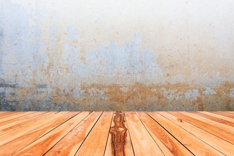 Κενή ξύλινη επιτραπέζια κορυφή στο θολωμένο υπόβαθρο τοίχων τσιμέντου στοκ φωτογραφία με δικαίωμα ελεύθερης χρήσης