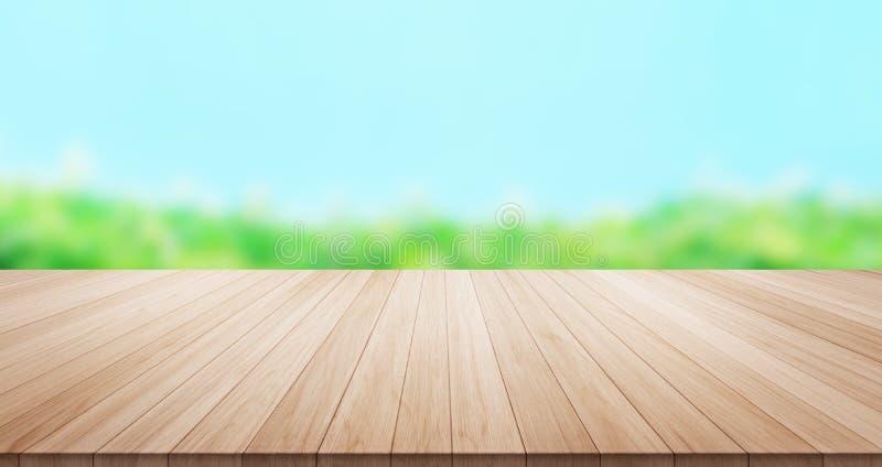 Κενή ξύλινη επιτραπέζια κορυφή στο πράσινο υπόβαθρο φύλλων και μπλε ουρανού στοκ φωτογραφίες με δικαίωμα ελεύθερης χρήσης