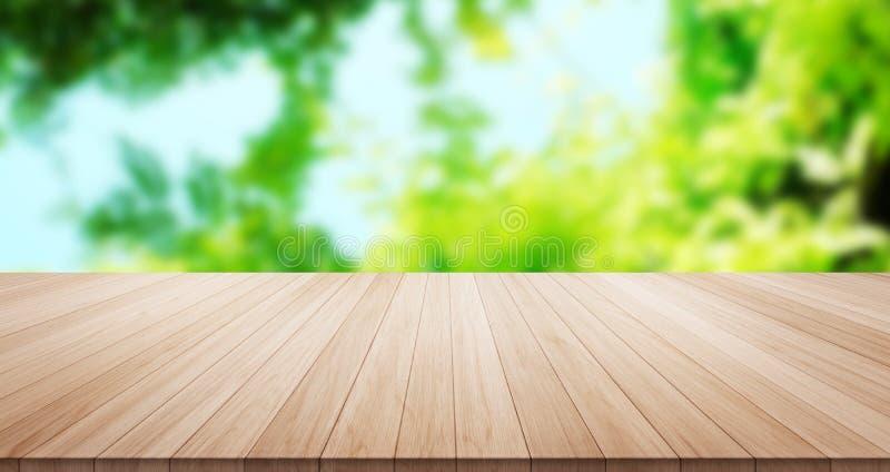 Κενή ξύλινη επιτραπέζια κορυφή στο πράσινο υπόβαθρο φύλλων και μπλε ουρανού στοκ εικόνες με δικαίωμα ελεύθερης χρήσης