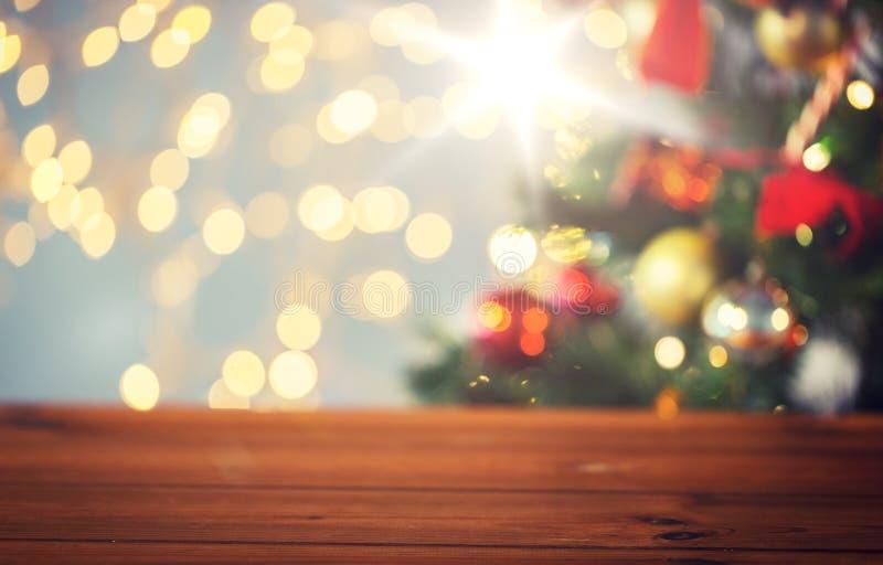 Κενή ξύλινη επιφάνεια πέρα από τα φω'τα χριστουγεννιάτικων δέντρων στοκ φωτογραφία με δικαίωμα ελεύθερης χρήσης