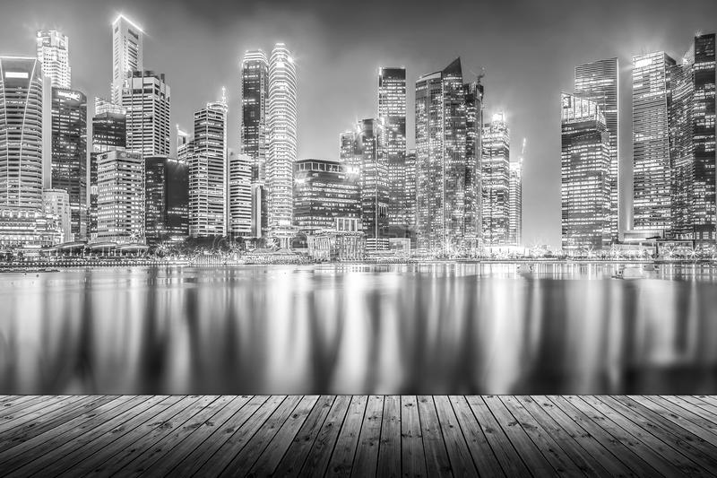 Κενή ξύλινη σανίδα με τη σύγχρονη εικονική παράσταση πόλης που χτίζει τη νύχτα μέσα μονο στοκ εικόνες
