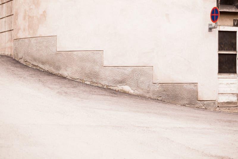 Κενή οδός και στρογγυλός τοίχος στη Φινλανδία στοκ φωτογραφίες