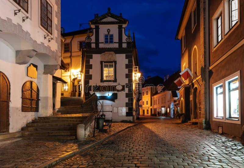 Κενή οδός στην παλαιά πόλη Cesky Krumlov στη Δημοκρατία της Τσεχίας τη νύχτα Διάσημος προορισμός θέσεων και ταξιδιού στην Ευρώπη στοκ φωτογραφία