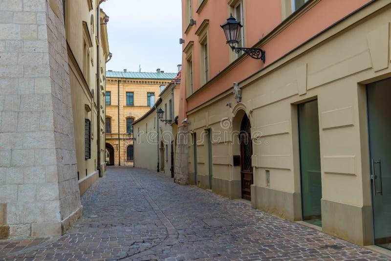Κενή οδός της παλαιάς ευρωπαϊκής πόλης, που καλύπτεται στοκ φωτογραφία με δικαίωμα ελεύθερης χρήσης