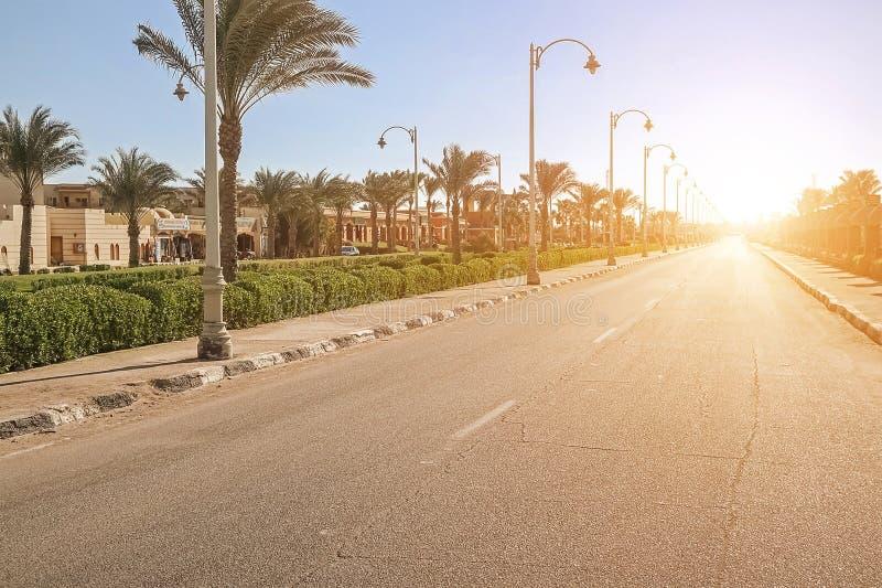 Κενή οδός στην πόλη στο ηλιοβασίλεμα στοκ εικόνα με δικαίωμα ελεύθερης χρήσης