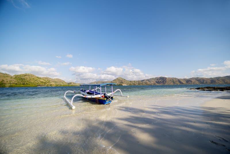 Κενή παραδοσιακή βάρκα που δένεται στην παραλία στοκ φωτογραφίες
