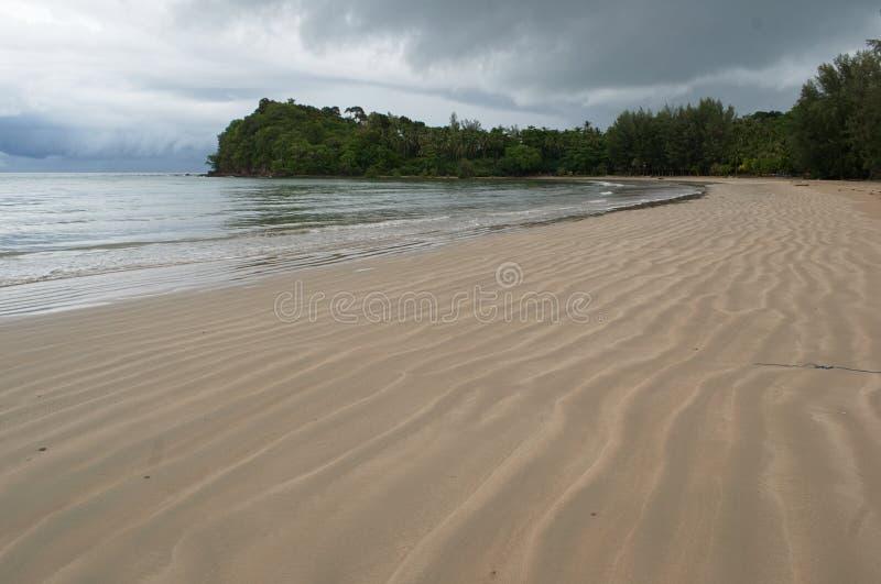 Κενή παραλία κατά τη διάρκεια της χαμηλής παλίρροιας σε εκτός εποχής στοκ φωτογραφία με δικαίωμα ελεύθερης χρήσης