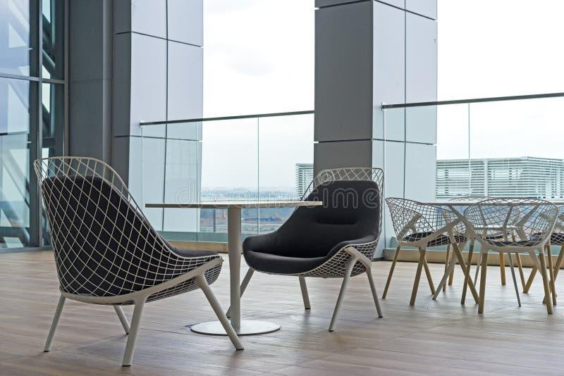 Κενή περιοχή σαλονιών, δημόσιοι καρέκλες δωματίων και πίνακες, σύγχρονο κτήριο στοκ εικόνα με δικαίωμα ελεύθερης χρήσης