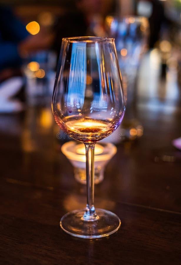 Κενή πολυτέλεια γυαλιού κρασιού και στιλπνός στον ξύλινο πίνακα στοκ εικόνες