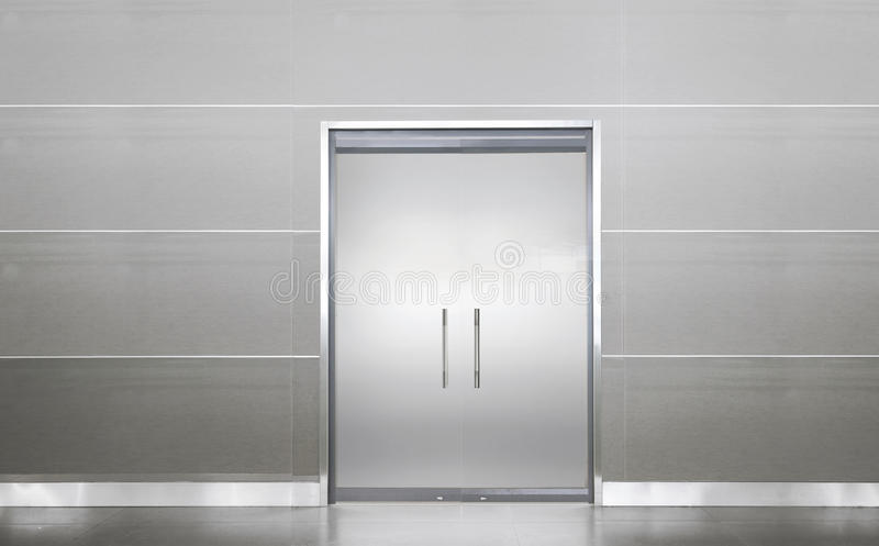 Κενή πόρτα σε ένα κενό δωμάτιο στοκ φωτογραφία