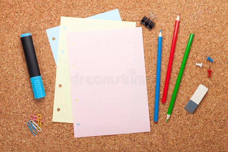 Κενή σελίδα σημειωματάριων στον πίνακα ανακοινώσεων φελλού στοκ φωτογραφίες